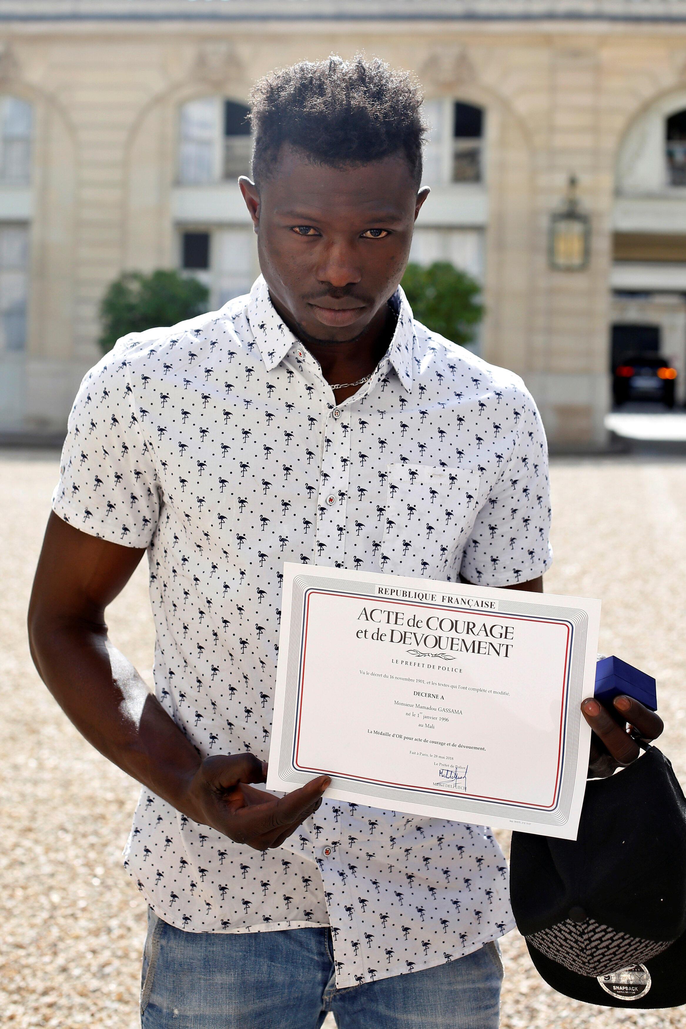 Спасшему ребенка беженца дадут французское гражданство и примут в пожарные
