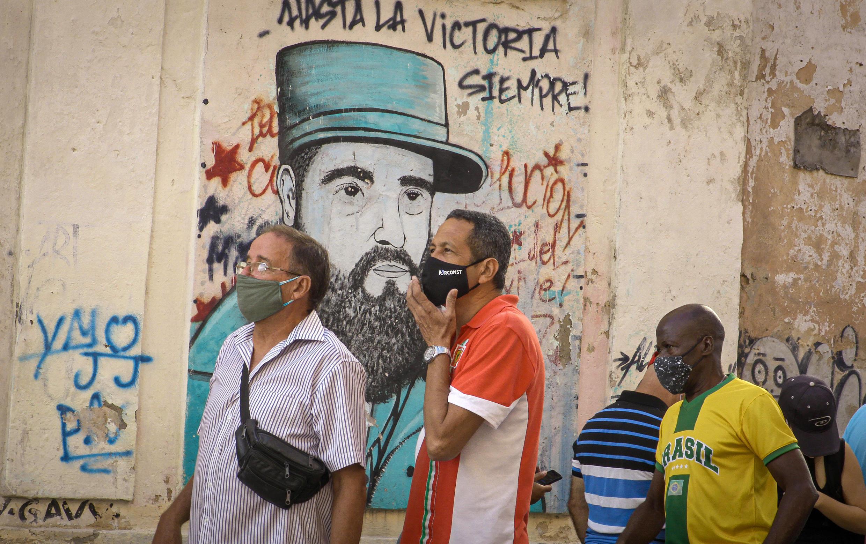 Gente hace cola para comprar productos con dólares estadounidenses en una tienda en La Habana el 20 de julio de 2020 al eliminarse el impuesto al dólar para impulsar la economía en medio de la pandemia del nuevo coronavirus COVID-19.