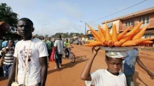 Quatre millions de jeunes Ivoiriens, sur une population totale de 21 millions, sont au chômage.