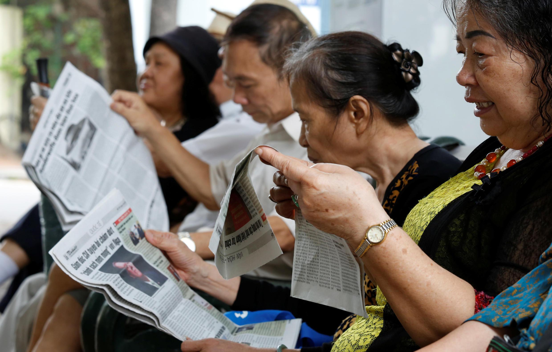 Dân Hà Nội đọc báo bên bờ hồ Hoàn Kiếm. Ảnh chụp ngày 03/05/2018.
