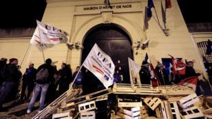 Agentes penitenciários franceses, normalmente proibidos de fazer greve, fazem um movimento de protesto nesta segunda-feira, com barricadas em uma centena de penitenciárias em todo o país.