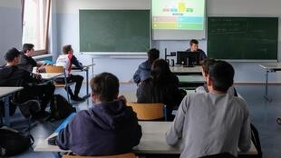 Chaque intervention de Peter Kurri commence par un quizz pour tester les connaissances des élèves sur l'Union européenne.