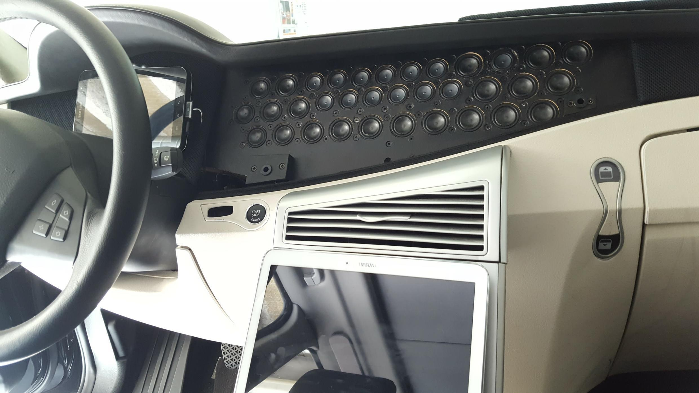Le système de «pixel audio», monté à bord du véhicule prototype de Visteon, permet de restituer l'environnement sonore extérieur au conducteur.