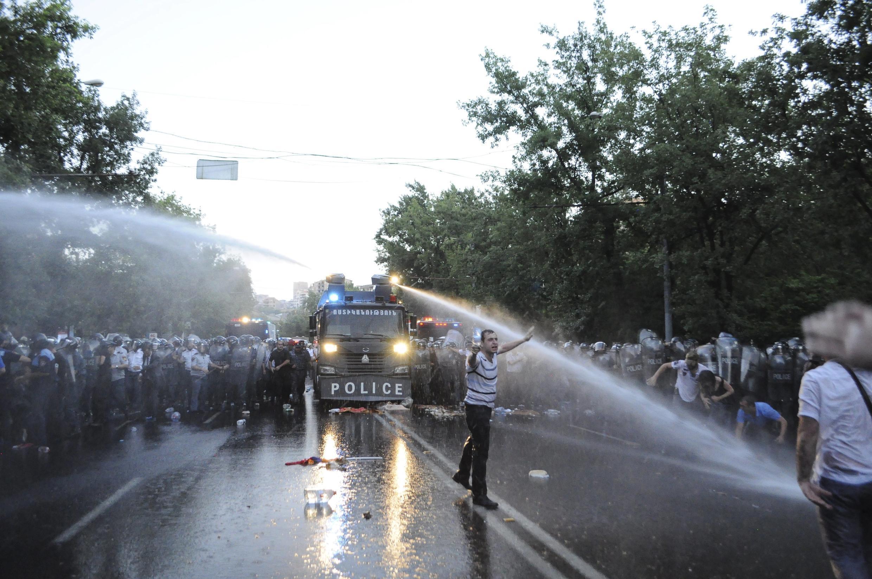 Полиция Армении разгоняет демонстрантов, выступивших против повышения тарифов на электроэнергию, Ереван, 23 июня 2015.