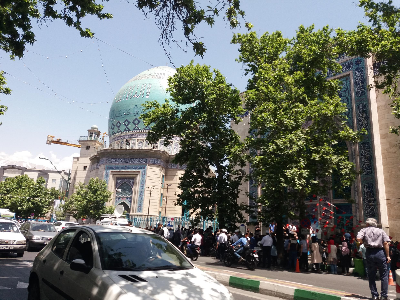 У мечети Эршад по проспекту Шариати выстроилась длинная очередь. Тегеран. 19 мая 2017 год.