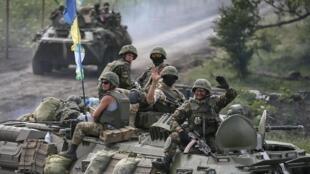 Mal équipés, souvent privés de nourriture et d'eau, les militaires ukrainiens attendent une relève qui ne vient pas.