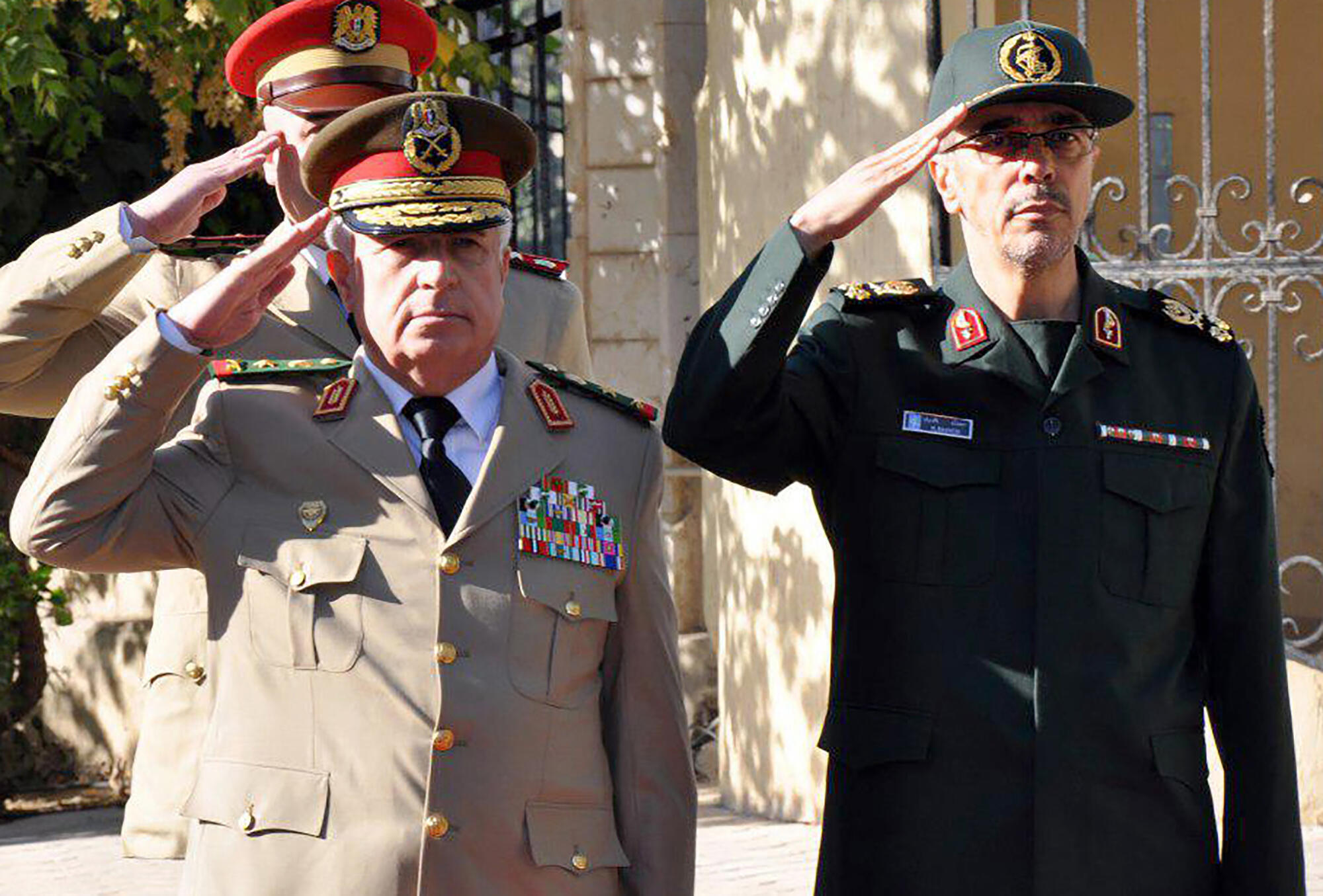 Tướng Ali Ayoub, tổng tham mưu trưởng quân đội Syria (T) tiếp đồng nhiệm Iran Mohammad Hossein Bagheri, tại Damas ngày 18/10/2017.