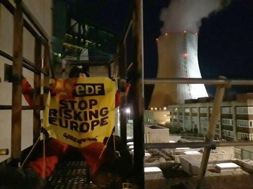 Активисты провели на стенах АЭС более часа.