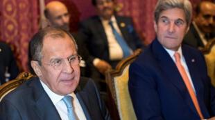 Le ministre russe des Affaires étrangères Sergueï Lavrov (g) et le secrétaire d'Etat américain John Kerry (d), à Lausanne, en Suisse, le 15 octobre 2016.