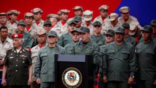 Ministro da Defesa Vladimir Padrino López durante cerimônia com milicianos no Palácio Miraflores em Caracas, em 17 de abril de 2017