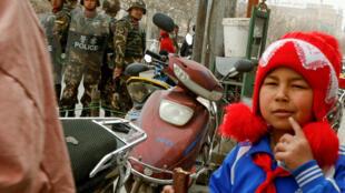 Người Duy Ngô Nhĩ bị giám sát nghiêm ngặt trên đường phố Kashgar, Tân Cương. Ảnh chụp ngày 23/03/2017.