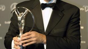 O ex-jogador Raí exibe o prêmio Laureus da categoria Sports Award recebido na noite desta segunda-feira, 6 de fevereiro, em Londres.