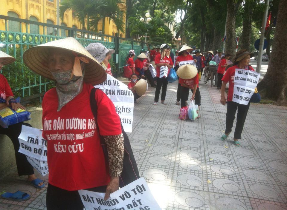 Dân oan Duơng Nội  đi tìm công lý. Cảnh Tháng 9/2014