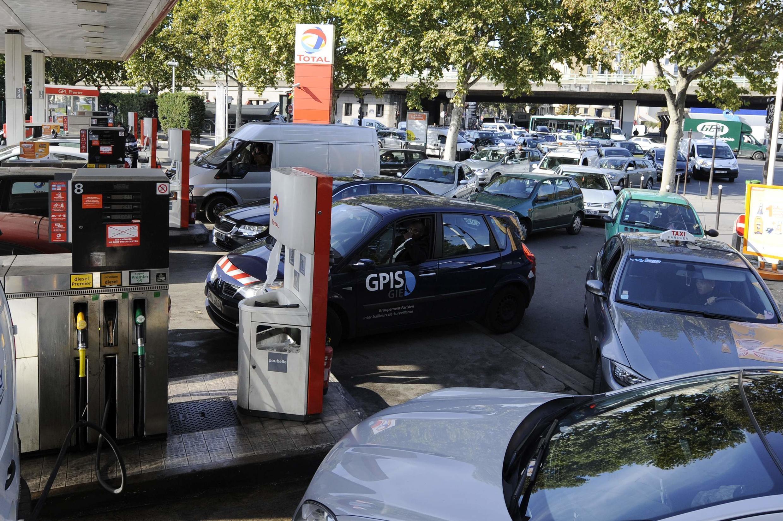 Des automobilistes font la queue pour remettre de l'essence dans leur voiture, à Paris.