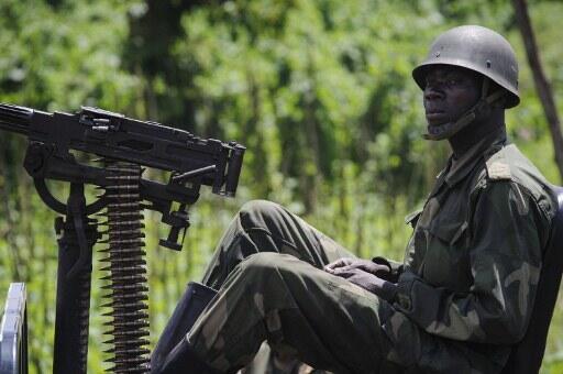 Un soldat des Forces armées de la République démocratique du Congo. Kigali accuse les FARDC d'avoir pénétré en territoire rwandais, ce qui aurait provoqué la mort d'un soldat congolais.