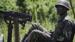 Un soldat des FARDC se trouve avec une mitrailleuse montée sur jeep dans la ville orientale congolaise de Bunagana, à la frontière avec l'Ouganda, le 22 mai, 2012.