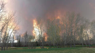 Les feux de forêt prennent de l'ampleur aux abords de Fort McMurray, dans la province canadienne de l'Alberta, le 3 mai 2016