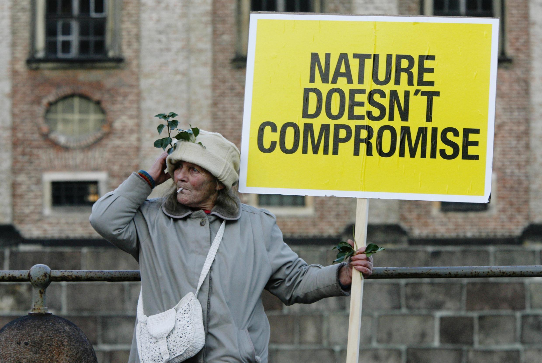 Un manifestant avec une pancarte où est inscrit «La nature ne doit pas être compromise», lors de la manifestation à Copenhague, le 12 décembre 2009.