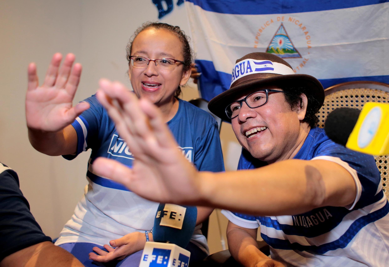 尼加拉瓜两名记者获释 2019年6月11日 Les journalistes Pineda Ubau et Mora du journal «100% Noticias» célèbrent leur libération le mardi 11 juin 2019