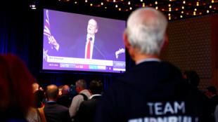 Un partisan du Premier ministre Malcolm Turnbull suit à la télévision le discours du leader travailliste Bill Shorten, le 2 juillet.