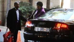 Winnie Mandela na porta do hospital de Pretória, no dia 10 de junho de 2013.