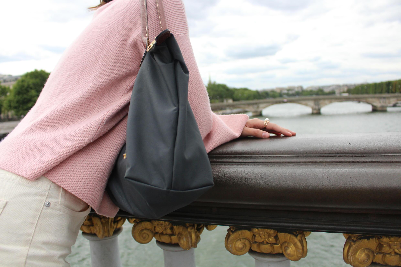 Aysun na ponte Alexandre III em Paris, onde faz seus estudos de gênero.