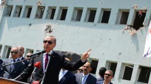 Tổng thống Thổ Nhĩ Kỳ Tayyip Erdogan, ngày 29/06/2016, tới thăm trụ sở lực lượng cảnh sát đặc biệt tại Ankara, bị hư hại trong cuộc đảo chính bất thành.