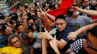 一名举中国国旗的男人与亲民主抗议者扭打在一起2014年10月24日香港旺角