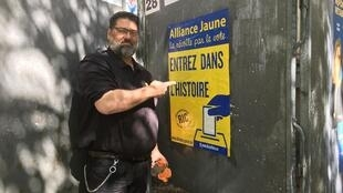 André Lannée, N°13 on the Alliance Jaune list, puts up campaign posters in Paris.