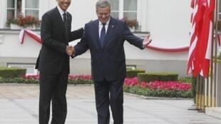 Rais wa Marekani Barack Obama akisalimiana na rais wa Poland, Bronislaw Komorowski alipofanya ziara nchini humo.