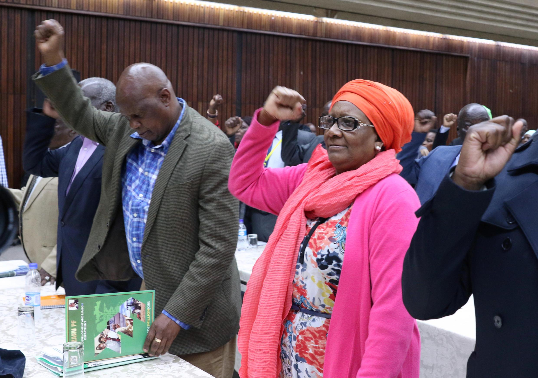 طی اجلاس فوق العادۀ حزب حاکم زیمبابوه، رابرت موگابه از رهبری حزب برکنار شد