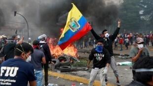 Cada vez mais violentos, os protestos tomaram conta das ruas de Quito.