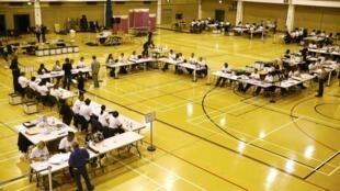 شمارش آراء در یکی از دفاتر رای گیری در لندن