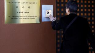 Một nhà báo Hàn Quốc bấm chuông sứ quán Bắc Triều Tiên ở Madrid, Tây Ban Nha, ngày 28/02/2019