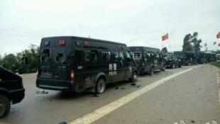 Xe cảnh sát bị đốt phá tại thị trấn Tấn Trữ (Jinning), tỉnh Vân Nam, Trung Quốc, sau vụ nổi dậy của người dân chống thu hồi đất đai, 23/10/2013 (Ảnh : Vi Bác - Trung Quốc)