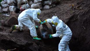 Equipo forense desarma un laboratorio de droga en México