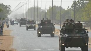 Comboio do exército francês se dirige à cidade de Diabaly, no Mali, nesta quinta-feira.