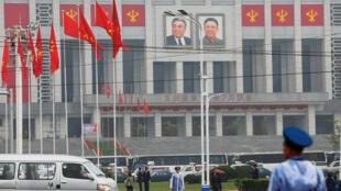 Los retratos de Kim Il-sung y de su hijo, el líder norcoreano Kim Jong-un en el Palacio de la Cultura en Pyonyang.