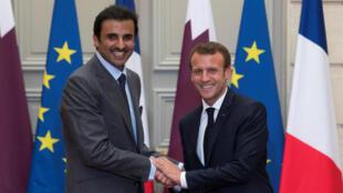 L'émir du Qatar Tamim al-Thani et le président français Emmanuel Macron à l'Elysée, le 6 juillet 2018.