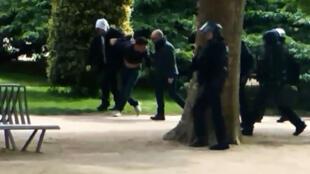 Кадр с видеозаписи, сделанной 1 мая 2018 года в парижском Саду растений. На видео (предположительно) Александр Беналла (слева) и Вансен Краз, задержавшие Келифу М.
