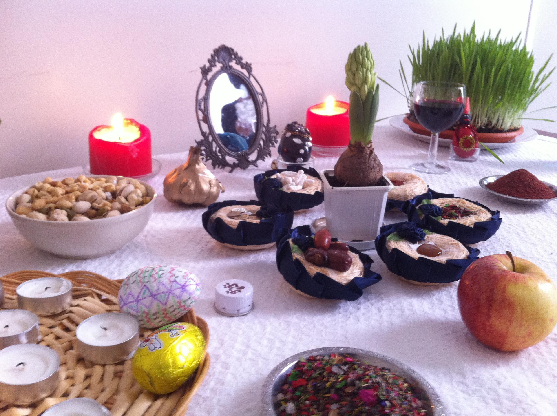 La traditionnelle table de « haft sin » pour fêter Norouz au Centre culturel zoroastrien de Paris.