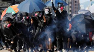 La police a fait usage de gaz lacrymogène contre des manifestants qui participaient à un rassemblement interdit, dimanche 20 octobre.