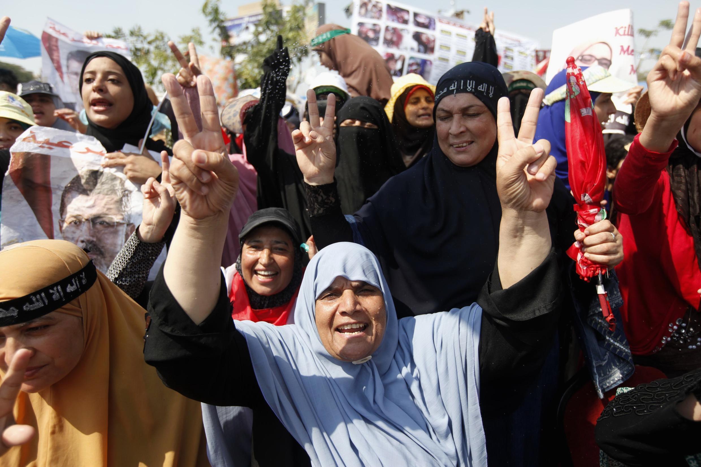 Женщины, участвующие в манифестациях в поддержку свергнутого президента Мурси в Каире 0/08/2013