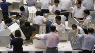 7月11日東京一處投票站在清點選票