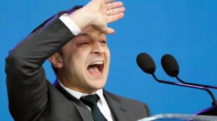 Candidato presidencial Volodymyr Zelenskiy participa de um debate político com seu rival, o presidente da Ucrânia, Petro Poroshenko, no estádio Olimpiyskiy do Complexo Nacional de Esportes em Kiev, Ucrânia, 19 de abril de 2019
