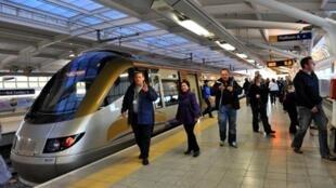 Des passagers descendent du Gautrain, le premier train express régional du continent, Johannesburg, 8 juin 2010.