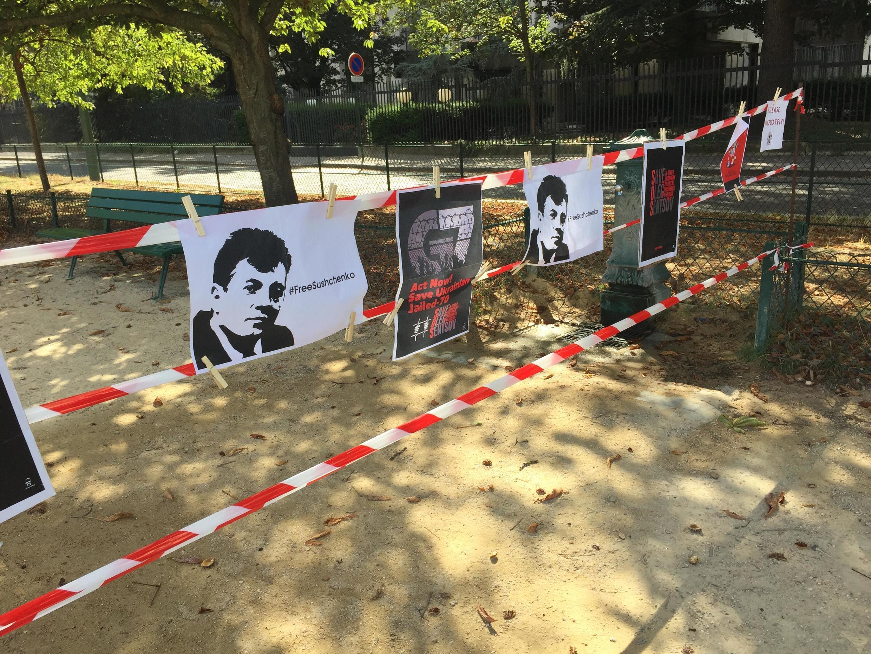 Около посольства активисты также вывесили плакаты, призывающие освободить украинского журналиста Романа Сущенко