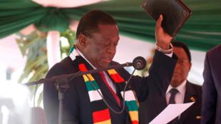Rais wa  Zimbabwe Emmerson Mnangagwa,akiapishwa tarehe 26 mwezi Agosti mwaka 2018