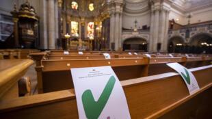 Unas marcas en los bancos de la catedral de Berliner Dom indican dónde se deben sentar los fieles para guardar la distancia de seguridad por el coronavirus, una imagen tomada el 10 de mayo de 2020 en Berlín