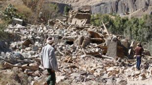 Bairro destruído por bombardeios na capital do Iêmen